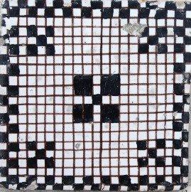 la Manifattura Giustiniani trovò la sua fonte massima d'ispirazione nel campionario decorativo greco-romano rinvenibile nella vicina Pompei. A seguito dei primi scavi venivano scoperti motivi geometrici e mosaici da cui le fabbriche napoletane si ispiravano per la produzione del loro campionario. Tali manufatti erano destinati alla creazione di pregiati tappeti pavimentali.